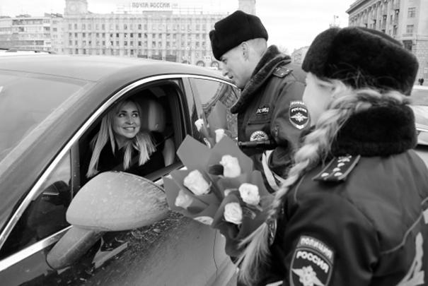 В Международный женский день сотрудники дорожно-патрульной службы традиционно останавливают машины с целью не проверить документы, а подарить цветы женщине-водителю