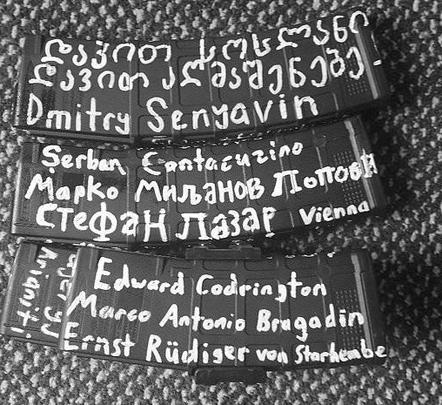 На магазинах и самом оружии Таррант написал имена массовых убийц прошлого и городов, где они совершали преступления. Также там были имена правителей и военачальников, которые сражались против мусульманских стран, в первую очередь против Турции. Надписи сделаны в том числе на сербском и грузинском языках