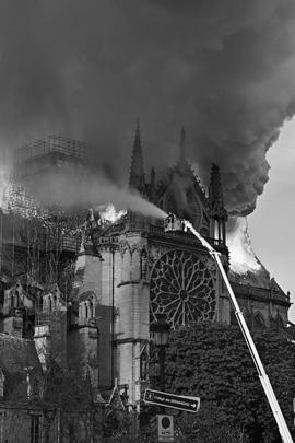 Франция. Париж. Ликвидация пожара в соборе Парижской Богоматери