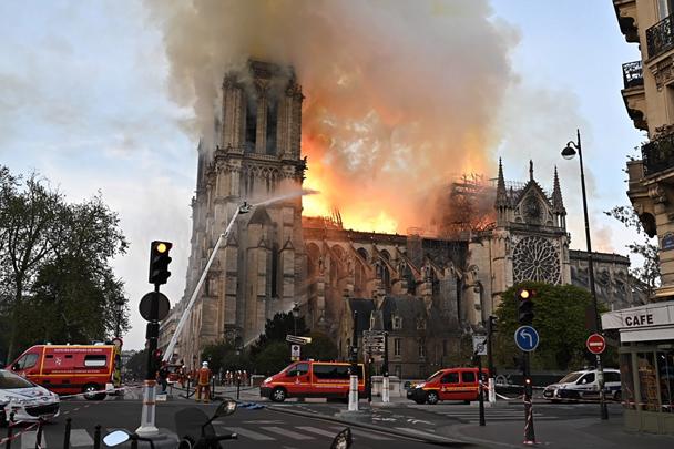 Ликвидация пожара в соборе Парижской Богоматери