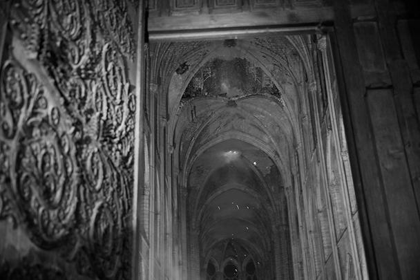 Мрачная картина внутри собора: со сводов сыпятся раскаленные угли