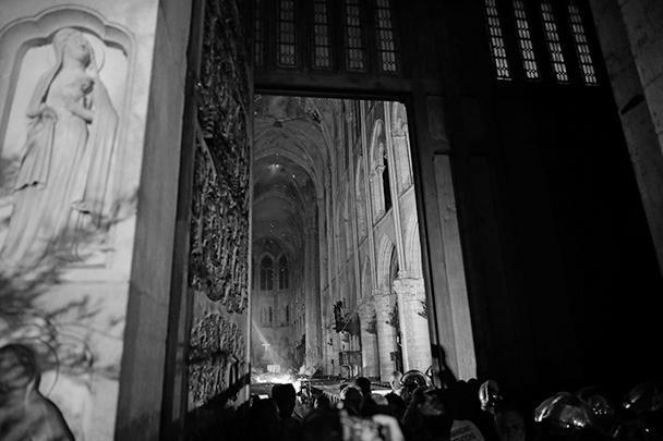 Еще утром во вторник под сводами собора тлел огонь