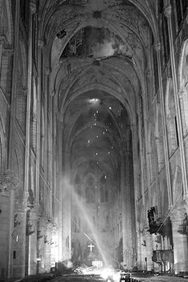 Догорающее пространство под куполом собора