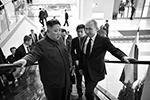 Сразу после официальной церемонии Владимир Путин и Ким Чен Ын поднялись на эскалаторе в зал для двусторонних переговоров (фото: Алексей Никольский/пресс-служба президента РФ/ТАСС)