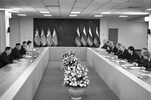 Позже лидеры КНДР и России провели заседание с членами делегаций государств