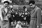 На этом снимке четырехлетний Нарухито (в центре), который 1 мая официально вступит в должность императора Японии, на прогулке со своими родителями – императором Акихито и императрицей Митико  (фото: AP/ТАСС)