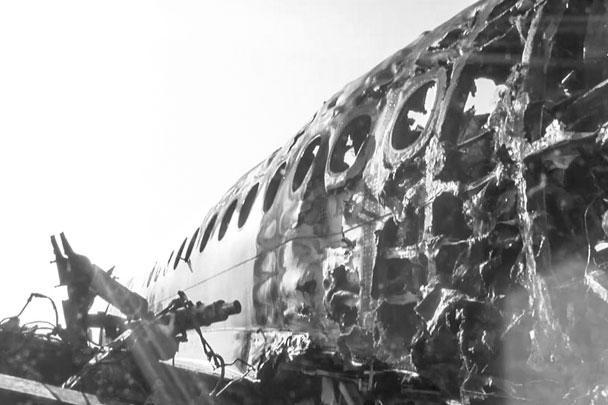 По предварительным данным в самолет попала молния, после чего отказала электроника