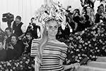 Британская модель и актриса Кара Делевинь удивила присутствующих ярким прозрачным платьем (фото: Andrew Kelly/Reuters)