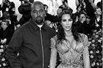 Супружеская пара Ким Кардашян и Канье Уэст явились на бал в весьма скромном виде. Многие фанаты разочарованно заявили, что ожидали более яркого наряда от теледивы (фото: Andrew Kelly/Reuters)