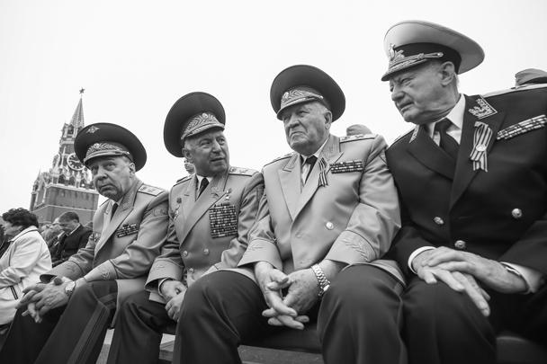 Перед началом парада Победы Владимир Путин кратко пообщался с ветеранами и почетными гостями, поздравив их с праздником