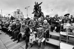 Зрители во время военного парада во Владивостоке (фото: Юрий Смитюк/ТАСС)