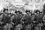 Военнослужащие во время военного парада в Новороссийске (фото: Виталий Тимкив/РИА Новости)