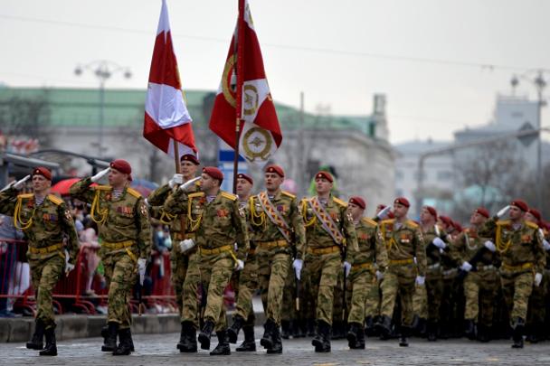 Военнослужащие во время военного парада в Екатеринбурге