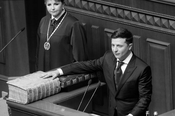 По сложившейся традиции, президент Украины приносит присягу на Пересопницком Евангелии. Это рукописный памятник искусства XVI века, написанный, как утверждают киевские власти, «на староукраинском языке»