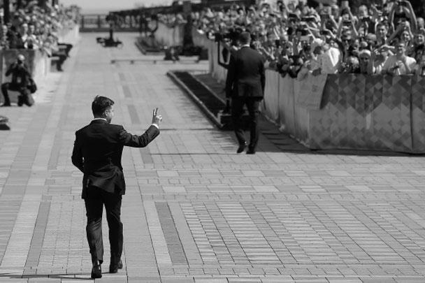 «Вспомните Исландию на чемпионате Европы–2016. Когда дантист, режиссер, пилот, студент и уборщик бились и защищали честь своей страны. И они сделали это, хотя никто не верил. И это наш путь. Мы должны стать исландцами в футболе и израильтянами в защите родной земли…», – напутствовал граждан Украины президент Зеленский