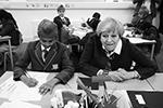 Премьер Мэй уделяла много внимания образовательной сфере. В мае 2017 года она побывала в обычной школе в Бирмингеме, где обучаются дети сикхов (фото: Dan Kitwood/Pool/Reuters)