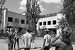Туристы при выезде из зоны проходят дозиметрический контроль (фото: Стрингер/РИА «Новости»)