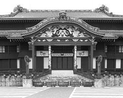 Замок Сюри — восстановленная резиденция правителей Рюкю. Битва за Окинаву превратила его в развалины, как и остальные кусуку острова (фото: Rob Tilley/Global look Press)