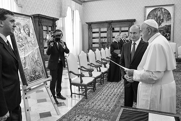 Перед беседой Владимир Путин подарил папе Римскому Франциску икону в ризе «Святые Петр и Павел»