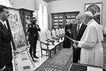 Перед беседой Владимир Путин подарил папе Римскому Франциску икону в ризе «Святые Петр и Павел» (фото: EPA/Alessandro Di Meo/POOL/ТАСС)