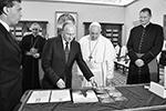 Также Путин подарил альбом с работами Микеланджело и диск с фильмом «Грех» Андрея Кончаловского, посвященного жизни этого художника (фото: EPA/Alessandro Di Meo/POOL/ТАСС)