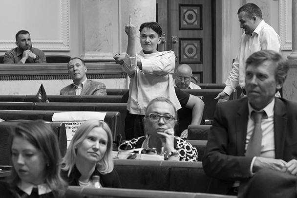 Надежда Савченко не лезла в карман не только за словом, но и за жестами. Так она отреагировала на заявления премьер-министра Владимира Гройсмана