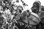 Во время обряда шаманы били в бубны, ходили кругами и обращались к духам, призывая счастье и удачу (фото:  Владимир Байкальский/ТАСС)