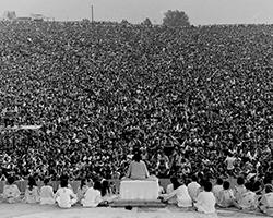 Некоторые из 500 тысяч гостей фестиваля, разместившихся на холме перед сценой (фото: общественное достояние)
