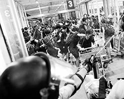 Первая попытка штурма аэропорта (фото: Tyrone Siu/Reuters)