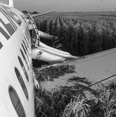 А321 начало трясти сразу после взлета, в салоне мигали лампы, потом заглохли двигатели и через несколько минут произошла жесткая посадка