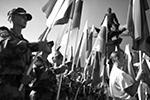 В Новосибирске участники торжеств собрались у памятника легендарному летчику Александру Покрышкину  (фото: Александр Кряжев/РИА «Новости»)