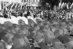 В Крыму в эти дни жарко и солнечно, но зонтики пригодились для флешмоба. В центре Симферополя из зонтов составили российский триколор (фото: Макс Ветров/РИА «Новости»)