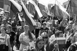 Более 100 тыс. человек вышли на проспект Сахарова в Москве на митинг-концерт «Герои рядом с нами» в честь 350-летия флага России. В нем участвовали звезды эстрады и спорта, ученые, общественные деятели, Герои России и СССР. Мероприятие стало самым массовым за все время существования праздника (фото: Сергей Петров/ТАСС)