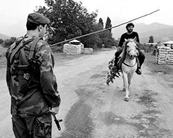 Блокпост у села Дуиси (фото: Бесарион Кезерашвили/ТАСС)