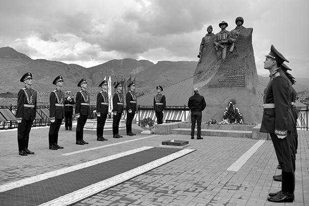 В начале визита глава государства возложил цветы к памятнику в честь выходцев из Ботлиха, погибших в Великой Отечественной войне, войне в Афганистане, боевых действиях в 1999 года и других локальных войнах