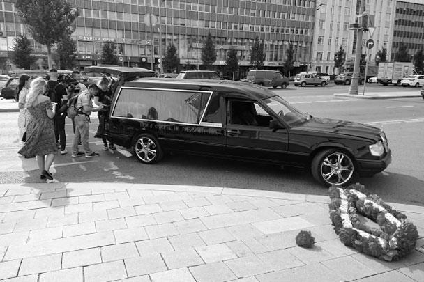 К зданию Грибоедовского ЗАГСа Собчак и Богомолов прибыли на черном катафалке