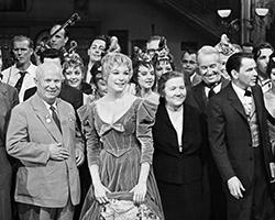 Хрущёв в Голливуде. Рядом с генсеком актриса Ширли МакЛейн, рядом с актрисой Нина Хрущёва, спиной к ней Морис Шевалье (Фото: Фотохроника ТАСС)