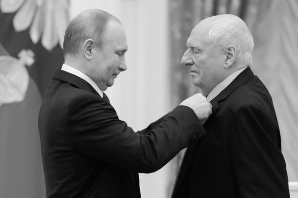 Президент России Владимир Путин вручил весной 2018 года Марку Захарову в Кремле золотую медаль «Герой Труда Российской Федерации»