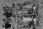 Дальше всех пошли морские пехотинцы Нидерландов, сфотографировавшиеся со всем своим снаряжением, в том числе формой. На снимке военные остались лишь в балаклавах и с носками на приватных частях тела(фото: twitter.com/korpsmariniers)