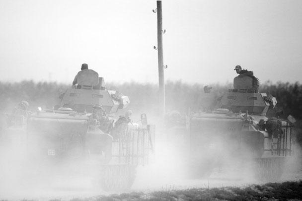Турецкая бронетехника на марше. 10 октября известно, что турецкие сухопутные войска начали штурм сирийского города Рас-эль-Айн (курдское название Сари-Кани) и вошли в город Телль-Абъяд на границе с Турцией. Оба города - со смешанным арабо-курдским населением
