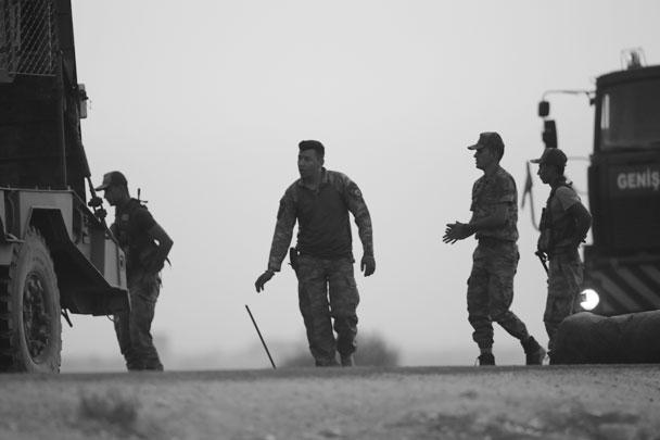 Подготовка к наземной части операции началась на рассвете. За день до этого  турецкая авиация нанесла удары по уже упомянутым городам Рас-эль-Айн и Телль-Абъяд