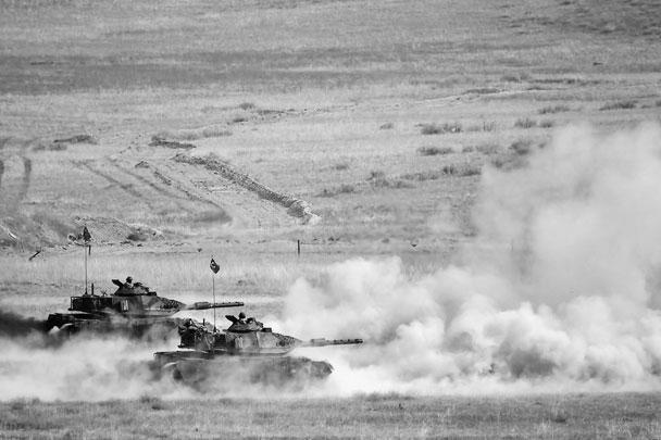 В операции «Источник мира» турки задействовали танки. По непроверенным данным, поступившим от курдских подразделений СДС, уже были подбиты 4 турецкие машины на подступах к Рас-эль-Айну. Достоверно известно, что 9 октября турки стянули к границе большое количество танков, БТР и других боевых машин. Только через город Акчакале в провинции Шанлыурфа прошла колонна из 130 единиц бронетехники