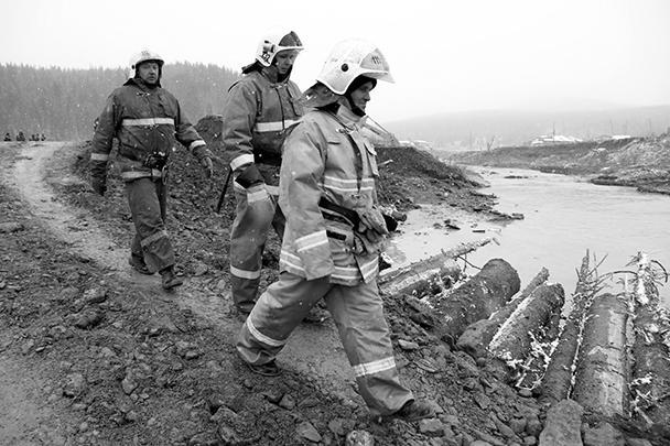 К ликвидации последствий разрушения дамбы были привлечены сотрудники различных спасательных служб, в том числе и пожарные