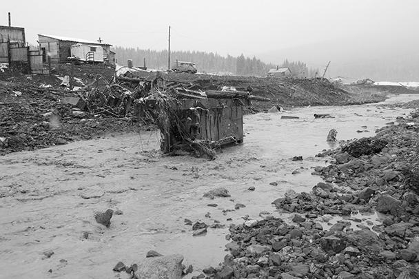 Мощным потоком воды смыло два приспособленных под общежитие вагончика, в которых ютились золотодобытчики