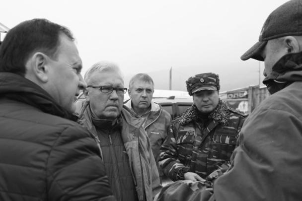 Губернатор Красноярского края Александр Усс (второй слева) рано утром прибыл в поселок старателей, чтобы на месте узнать о масштабах трагедии