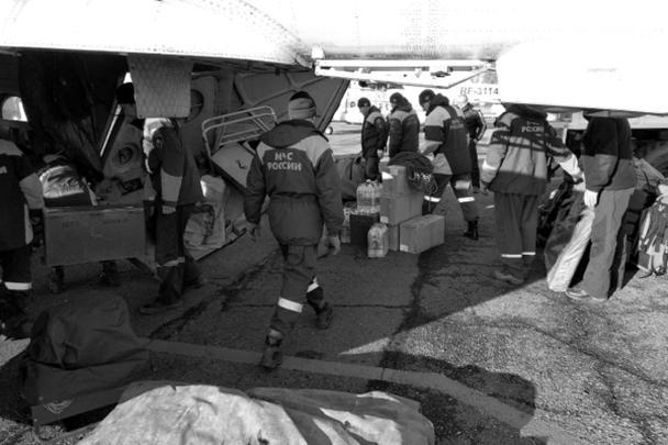 Для ликвидации последствий трагедии и помощи людям были привлечены около 300 человек и 50 единиц техники, в том числе вертолеты