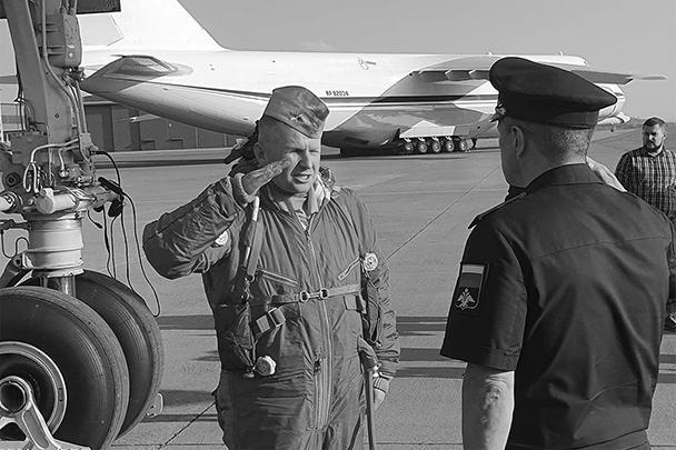 Командир экипажа одного из «Белых лебедей» докладывает командующему дальней авиацией ВКС России Сергею Кобылашу, который в составе российской военной делегации прибыл в ЮАР и встретил летчиков на базе Ватерклоф близ Претории