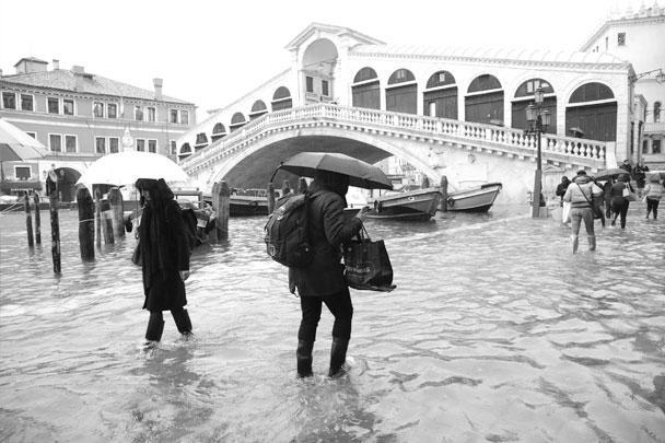 Мэру Луиджи Бриньяро пришлось объявить чрезвычайное положение, спасательные службы эвакуируют людей из затопленных зданий