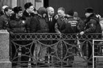 Официально следствие не разъяснило, зачем Соколова привезли на следственный эксперимент в шлеме и бронежилете (фото: Валентин Егоршин/ТАСС)