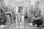 Первая леди США Меланья Трамп показала, как украсила к Рождеству и Новому году свою резиденцию. «Дух Америки сияет в Белом доме», – написала Меланья в своем Twitter. Длина гирлянд, развешанных по Белому дому, превышает 240 метров (фото:  face to face/Global Look Press)